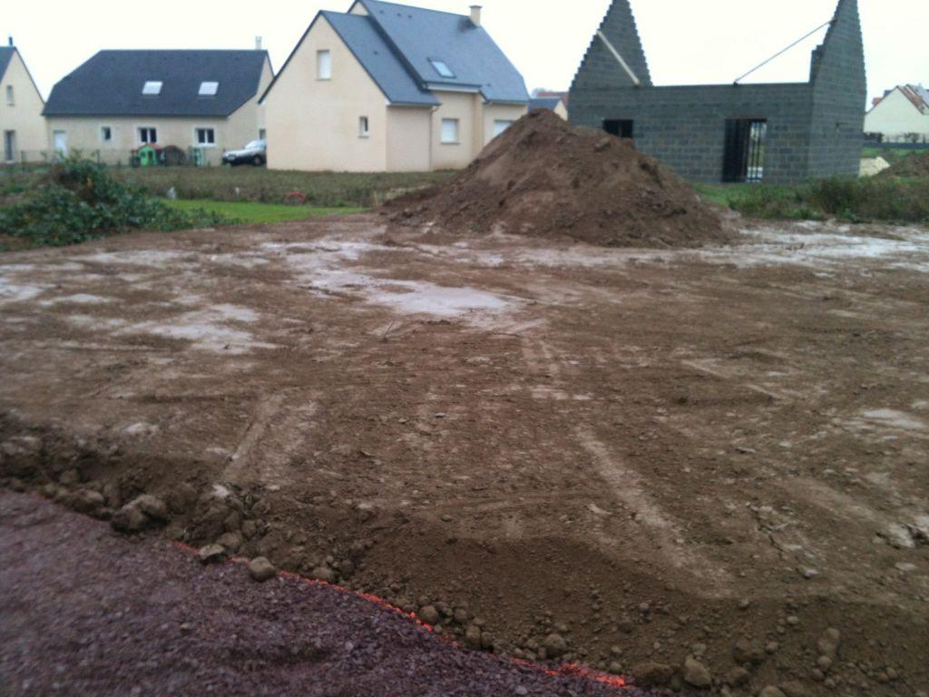 terrain coté jardin avec reste de terre
