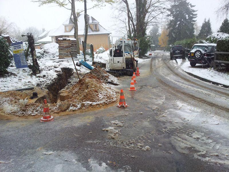 Raccordement à l'eau potable en cours (chantier sous la neige)