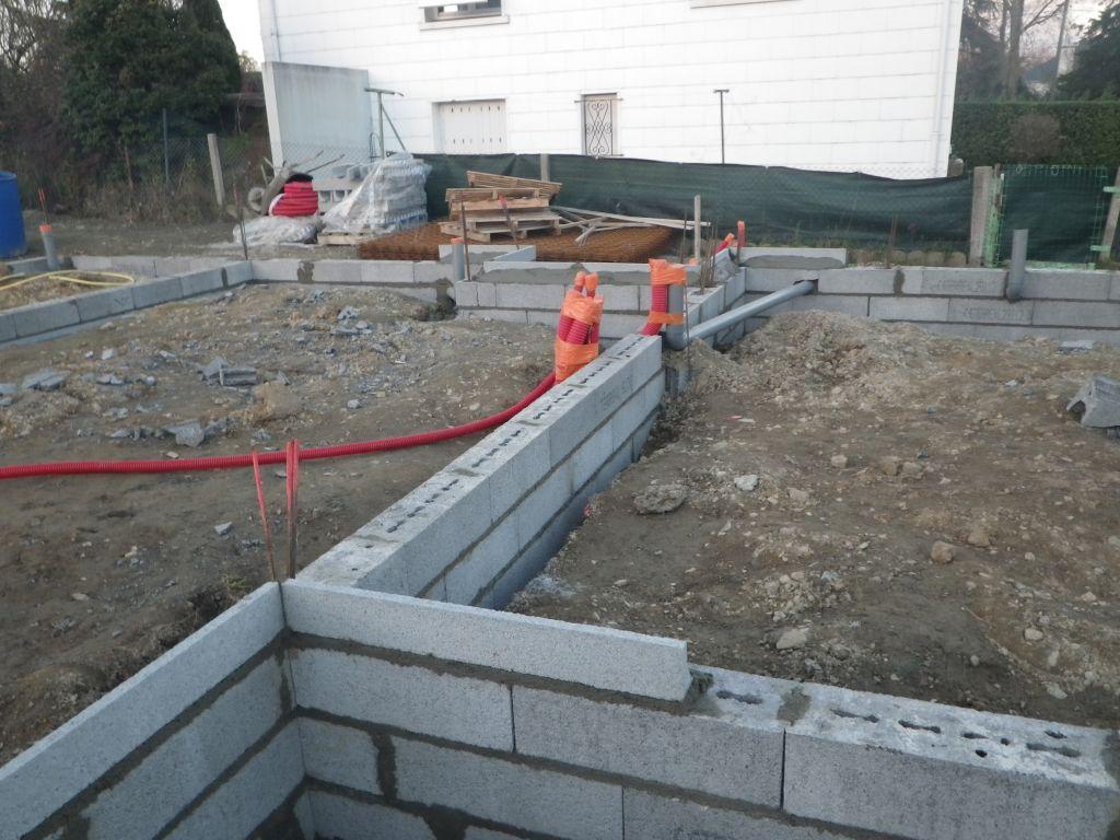 Murs des fondations vus de la terrasse.