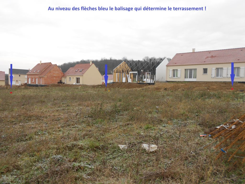 AU niveau des flèches bleu on voit l'implantation de la maison...