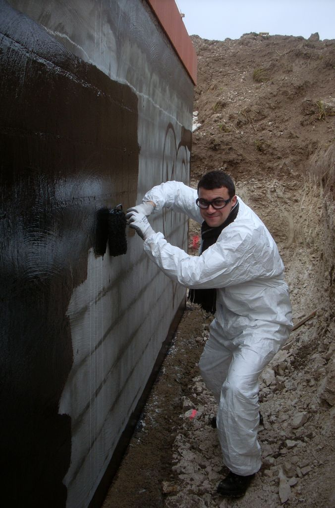 Application du goudron sur les murs les premiers for Appliquer un enduit de facade