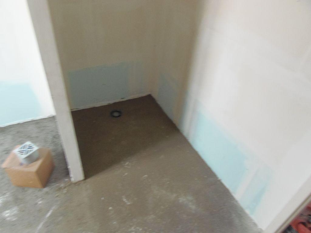 Chappe de la douche avec la pente et l'évacuation au sol pour la douche italienne