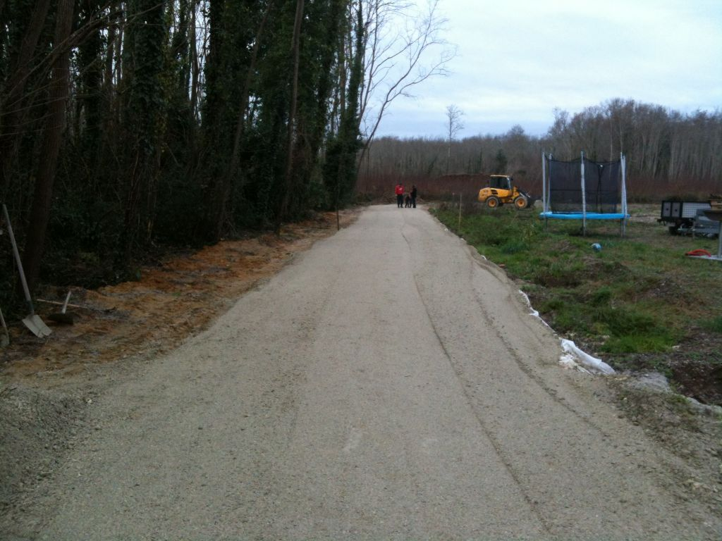 Fin du premier passage. Environ une dizaine de centimètres d'épaisseur sur 60 mètres (40 tonnes de GHR). On commence à voir le chemin d'accès.