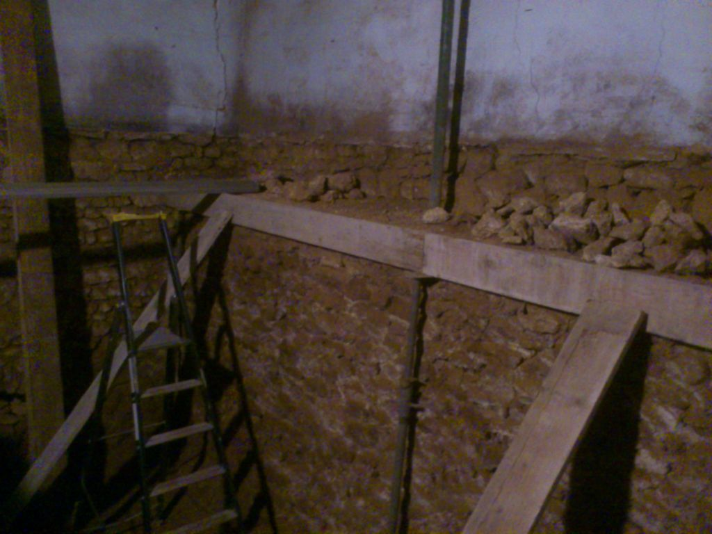 Pr paration des vacuations ouverture du mur int rieur en pierre pr parat - Espacement bastaing pour plancher ...