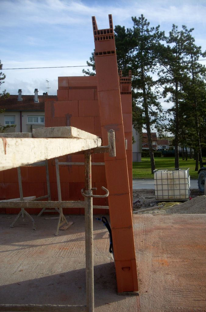 Le mur entre les deux baie coulissante ne tenant plus que par équilibre avec le soutien de l'échafaudage !