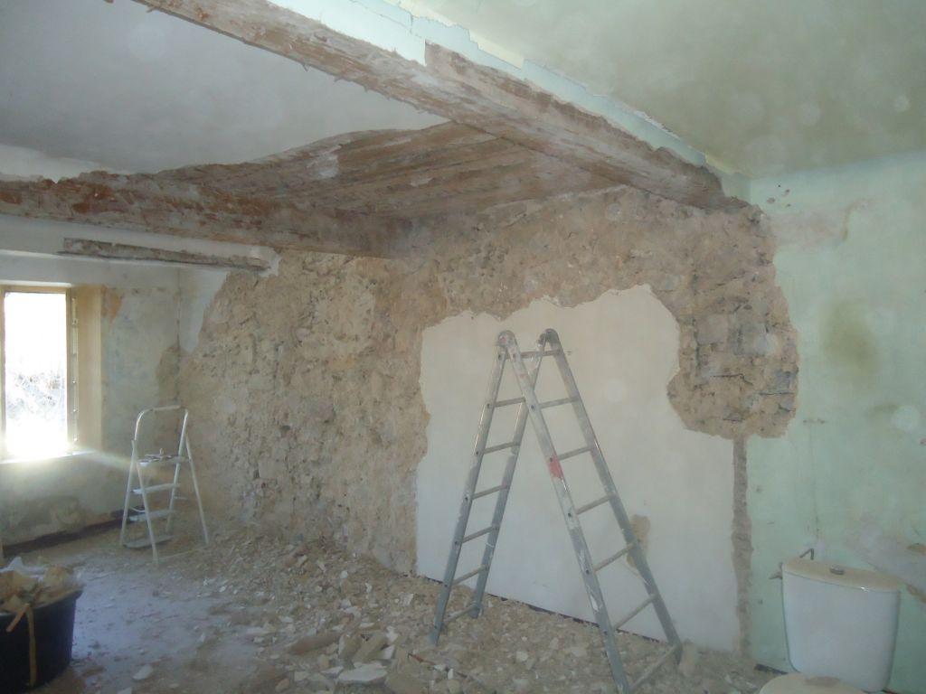 Déplâtrage des murs et des poutres chambre nord 1er