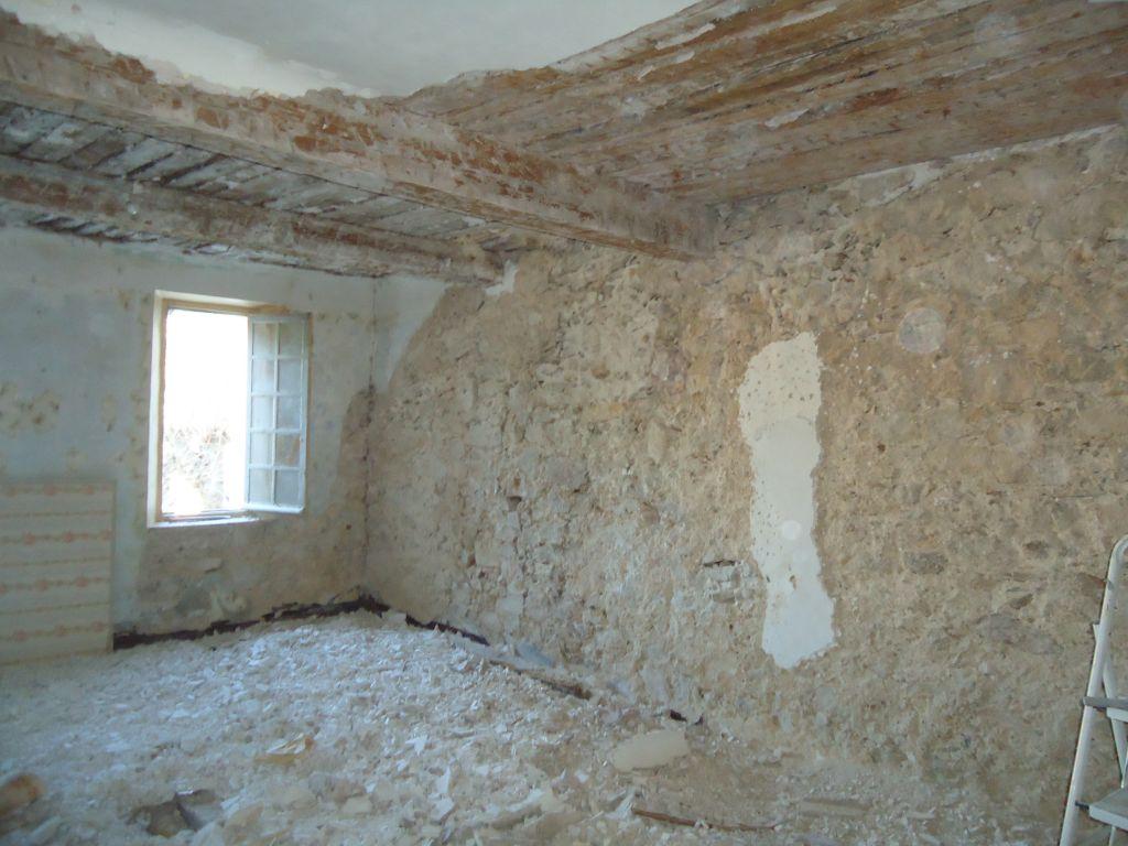 Déplâtrage des murs chambre nord 1er