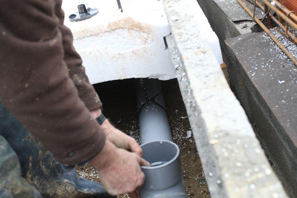 Installation des supports de tuyaux d'évacuations (tige réglage   collier PVC). ça évite que le tuyaux repose en équilibre sur des empilages de briques et parpaings cassés.