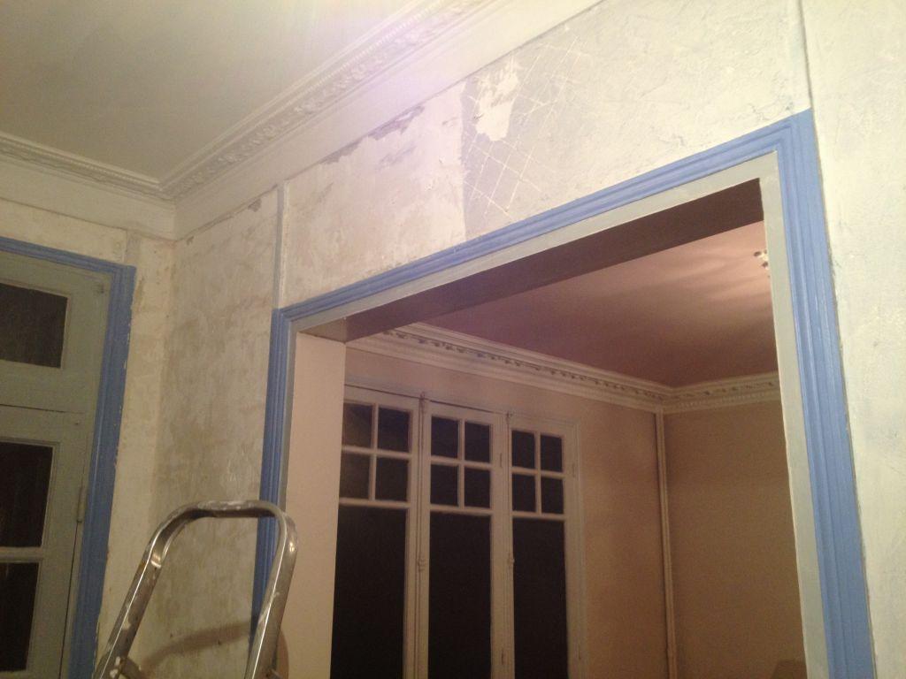 Décollage d'enduit ciré dans l'entrée... Je maudis les anciens proprios !! <br />  <br /> Admirez le plafond rose des mon salon... Naaan je plaisante, c'est horrible comme le reste !!!
