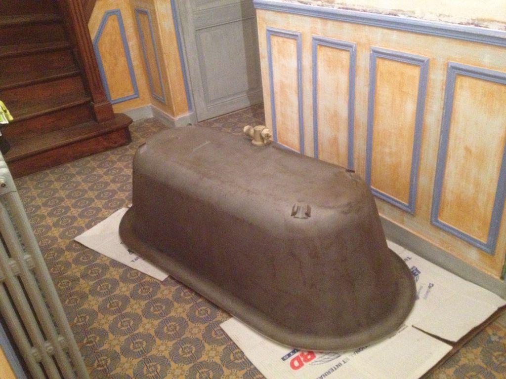 Baignoire ancienne 1905 en fonte chinée sur Le Bon Coin arrivée tout droit du sablage.