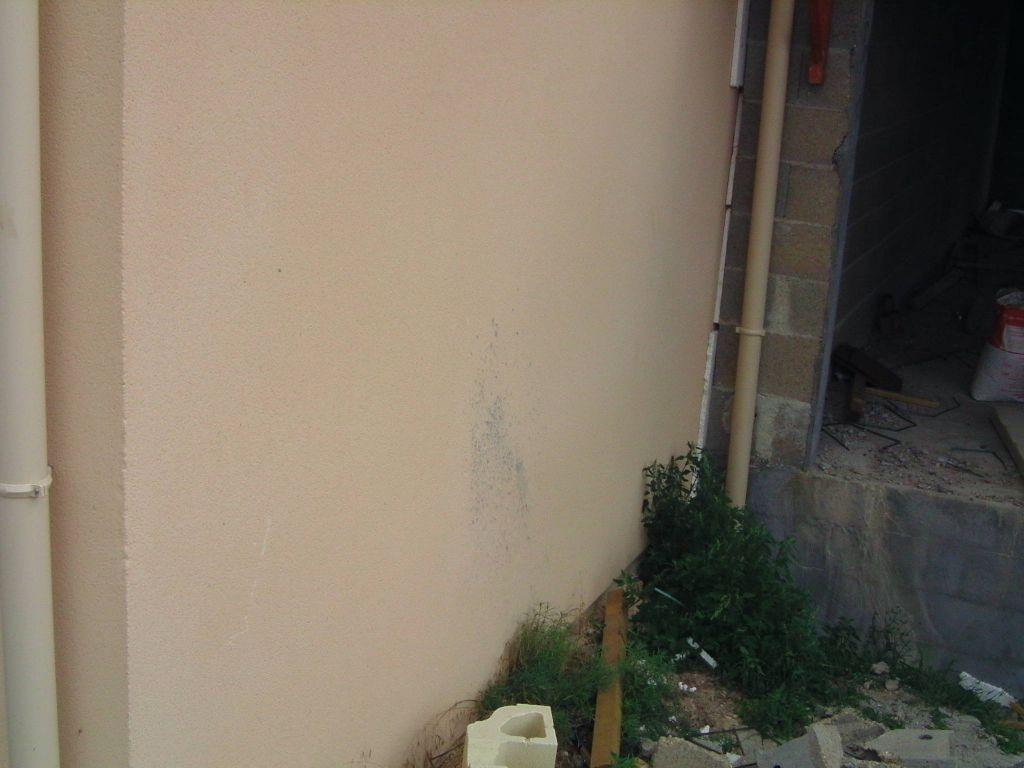 Dégâts causé sur le crépis des voisins heureusement que c'est direct sur notre propriété une fois que notre barrière sera montée
