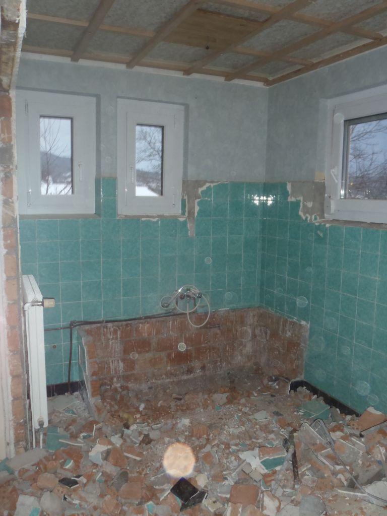 cloison cassé etièrement et baignoire évacuée