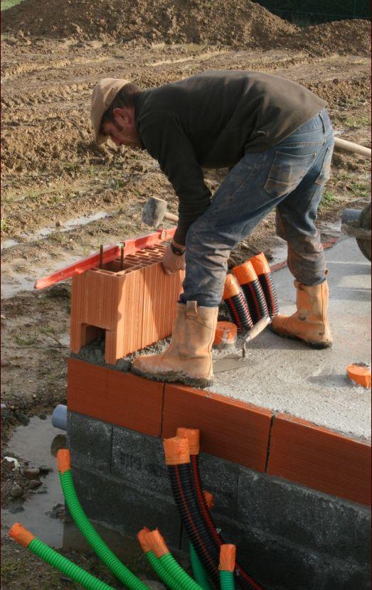 On commence par positionner précisément les blocs dans les angles (hauteur, parallélisme et perpendicularité).
