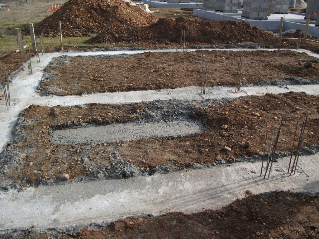 Les fondations de la maison. avec l'emplacement du gros poteau qui doit supporter la dalle du 1er étage et autour du quel l'escalier va serpenter.