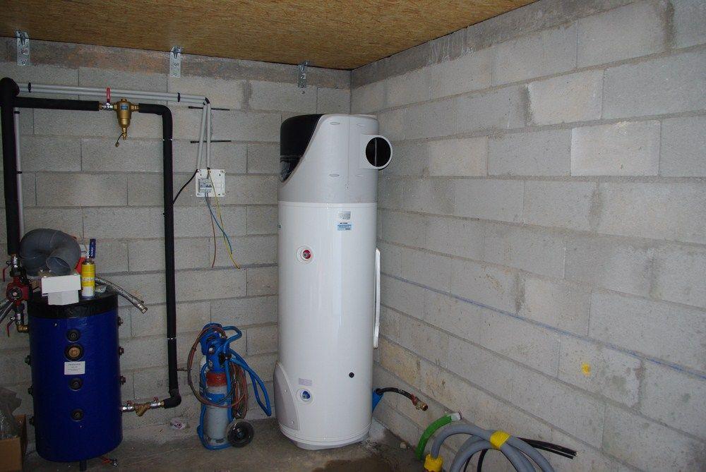 Chauffe-eau thermodynamique, fonctionnant comme une petite pompe à chaleur.