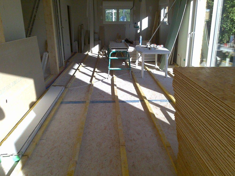 Pose du deuxième plancher pour rattraper le niveau des portes et des fenêtres ainsi que pour créer un vide technique dans le sol