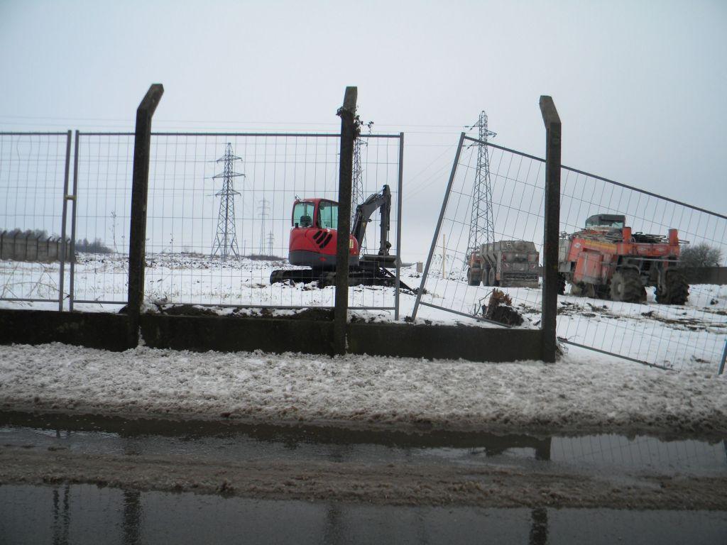 les 2 engins situés à droite de la photo servent à traiter la terre à la chaux