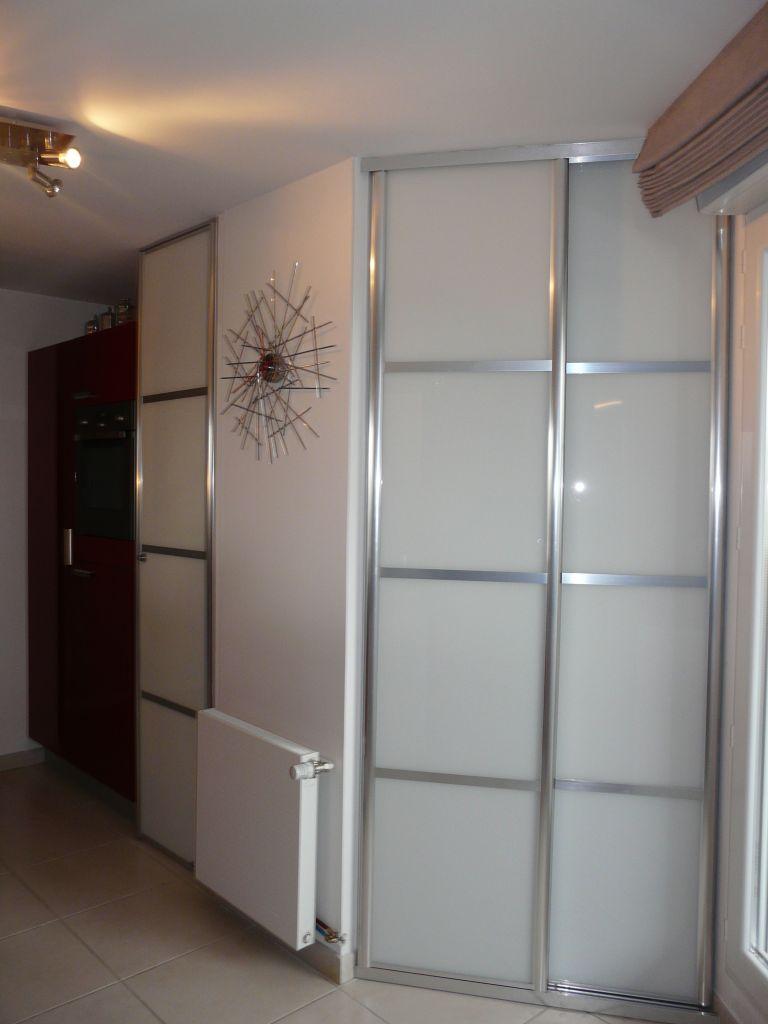 Placard portes coulissantes dans une cuisine for Placard cuisine trop profond