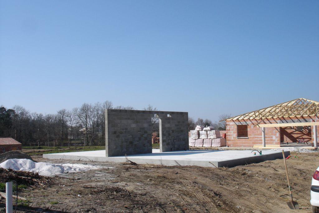 Cette semaine sur le chantier ont été réalisés: <br /> -traitement termites <br /> -mur de refend en aggloméré de béton plein <br /> -enduit des sousbassements <br /> A l'atelier du charpentier les murs en ossature bois sont en cours