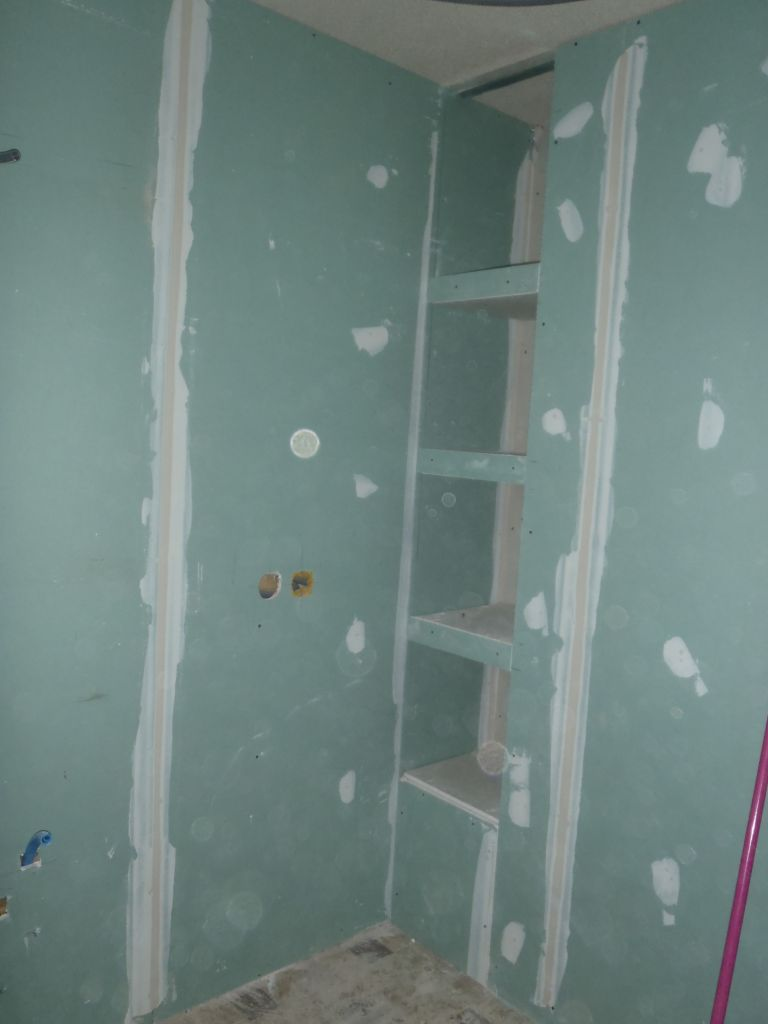 Niche en cours dans la salle de bains