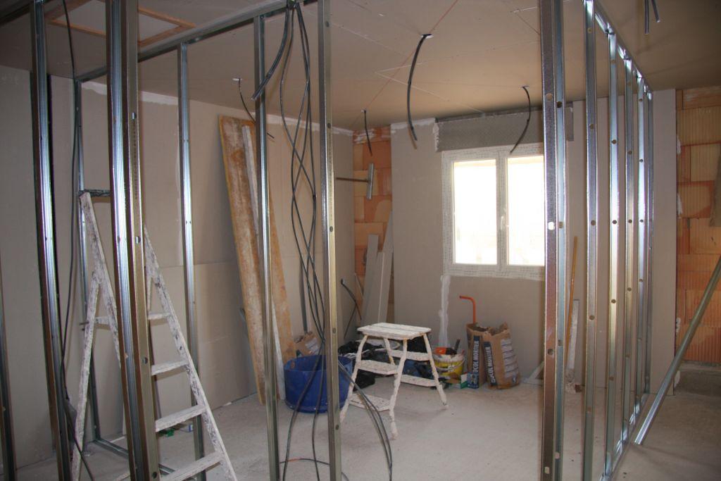 Ci dessous photos d'une des chambre du haut . Au plafond placage avec isolation de 40cm de laine soufflée,sur les murs placo polystyrene, isolation phonique pour les murs de séparation,rail métallique pour l'acceuil des cloisons.