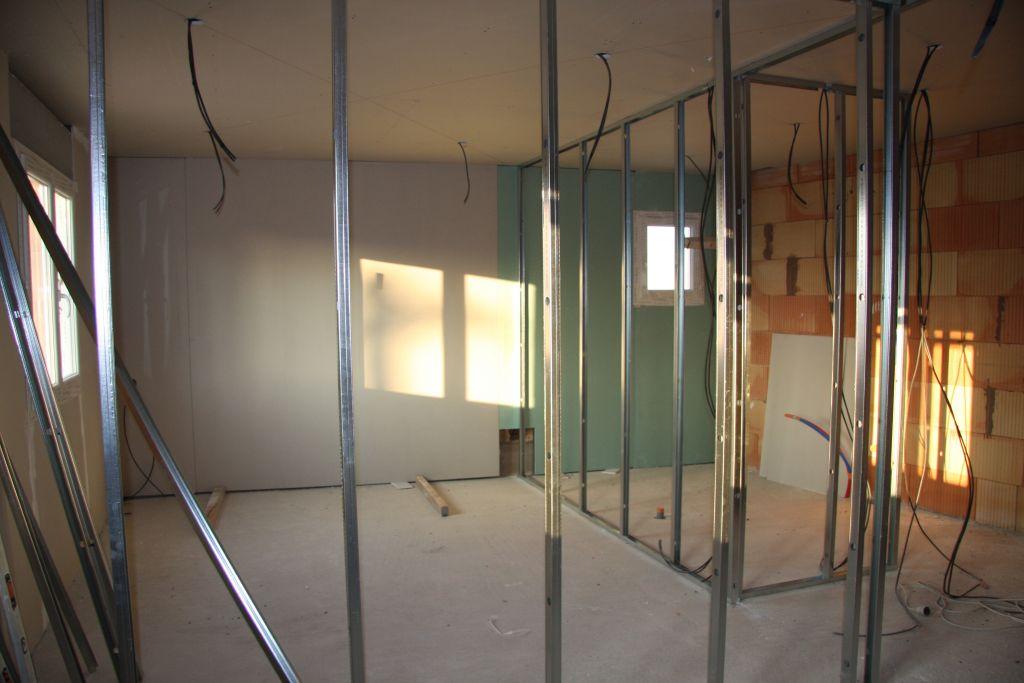 Ci dessous photos d'une des chambre du haut avec en plus vue sur la salle bain, Au plafond placage avec isolation de 40cm de laine soufflée,sur les murs placo polystyrene, isolation phonique pour les murs de séparation,rail métallique pour l'acceuil des cloisons et placo hydro bien entendu pour la salle de bain.