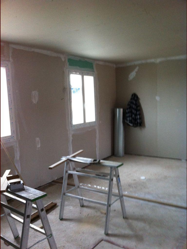 Pose cloisons contre murs à l'étage.