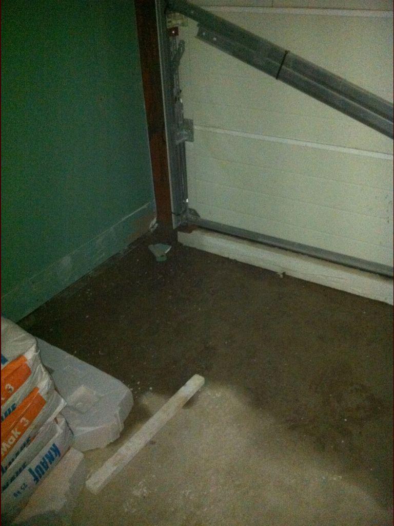 Pose cloisons contre murs garage. <br /> ça mouille à l?intérieur