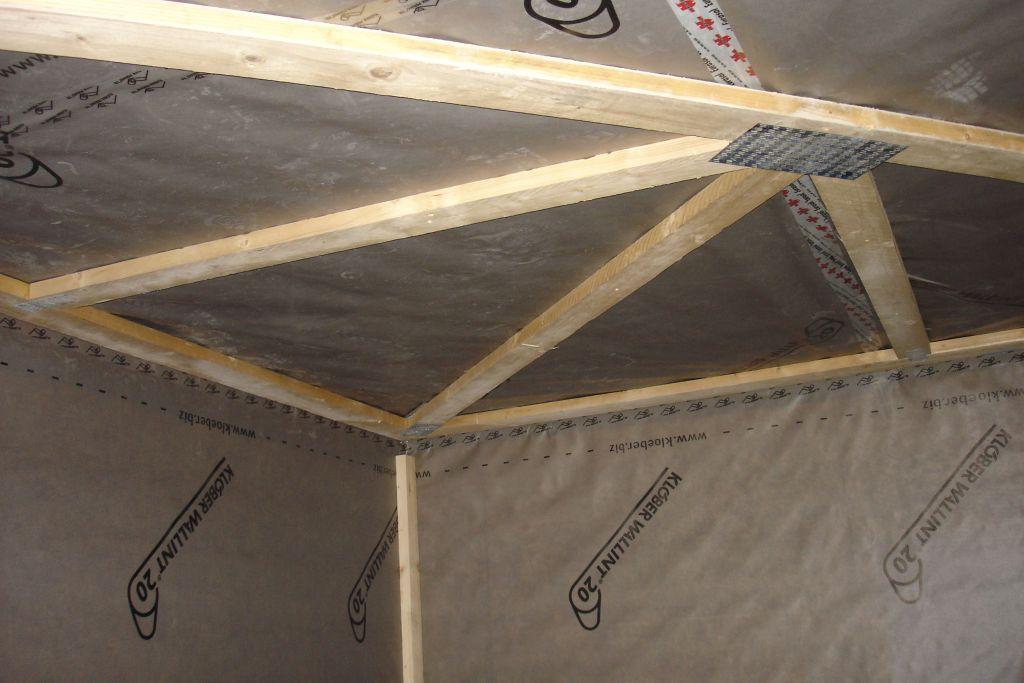 Contreventement sismique de la maison sous pare vapeur plafond