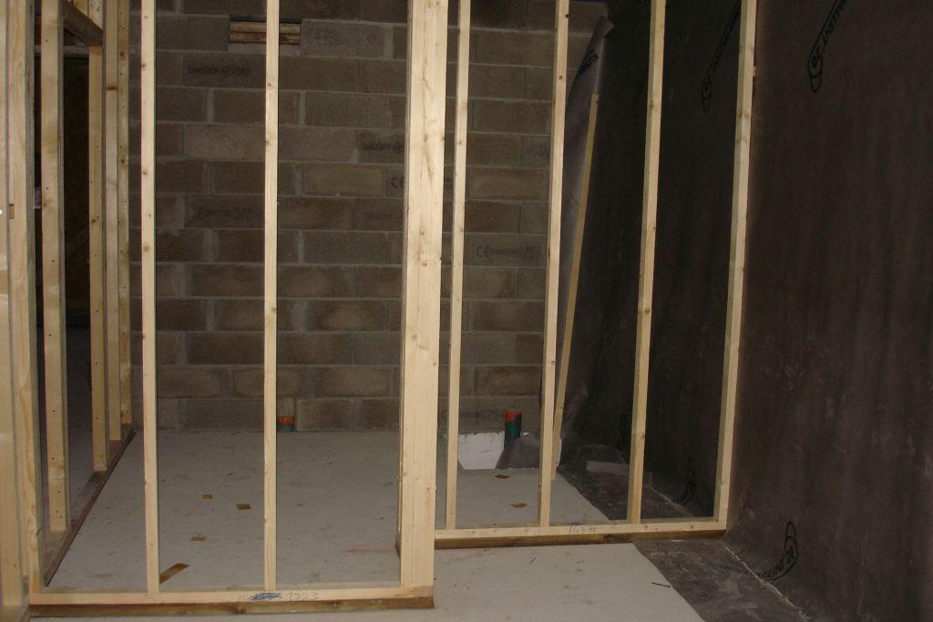 Cloisons ossature bois largeur montants 60mm <br /> La lisse basse en oontact avec le dallage béton est classe 3 dessous une bande bitumineuse