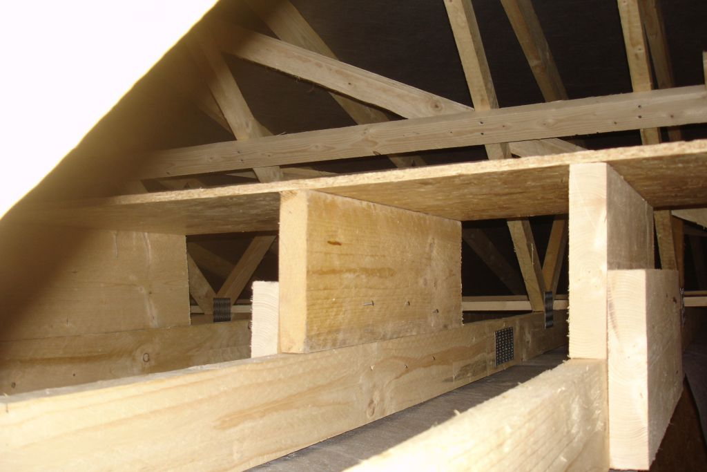 Platelage combles. <br /> Calage bois sous OSB car l'isolant en fibre de bois soufflé ép. 300mm viendra sous ce platelage