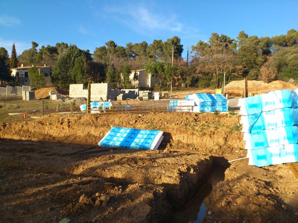 Ferrailles et matériel livré sur le terrain pour la poursuite des fondations