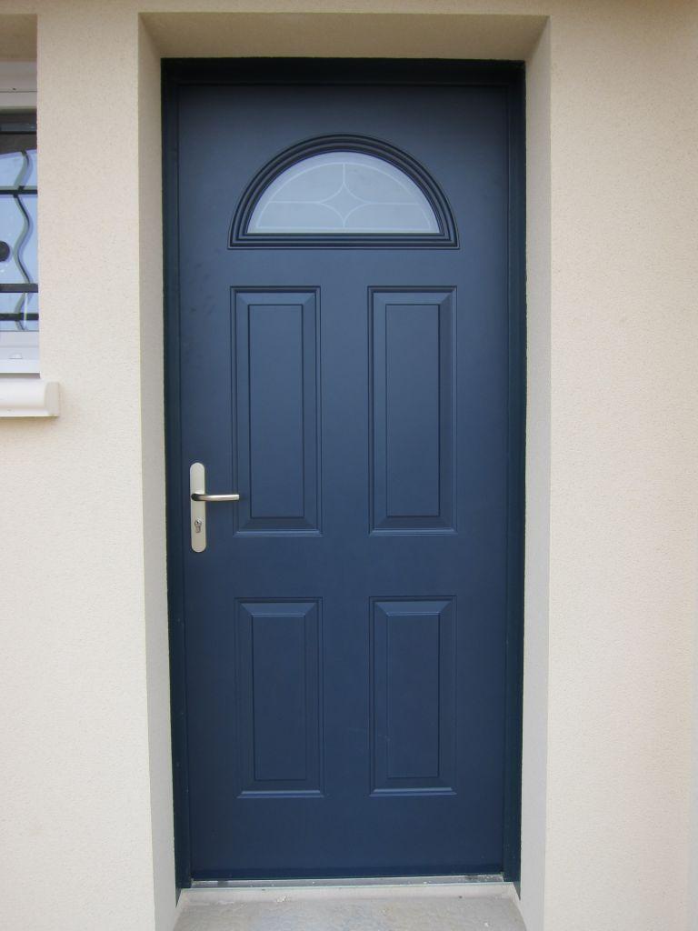 vue de la porte (modèle Gervais Mauka de teinte sablée Bleu 700)