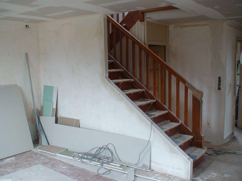 la cloison salon/escalier est presque finis