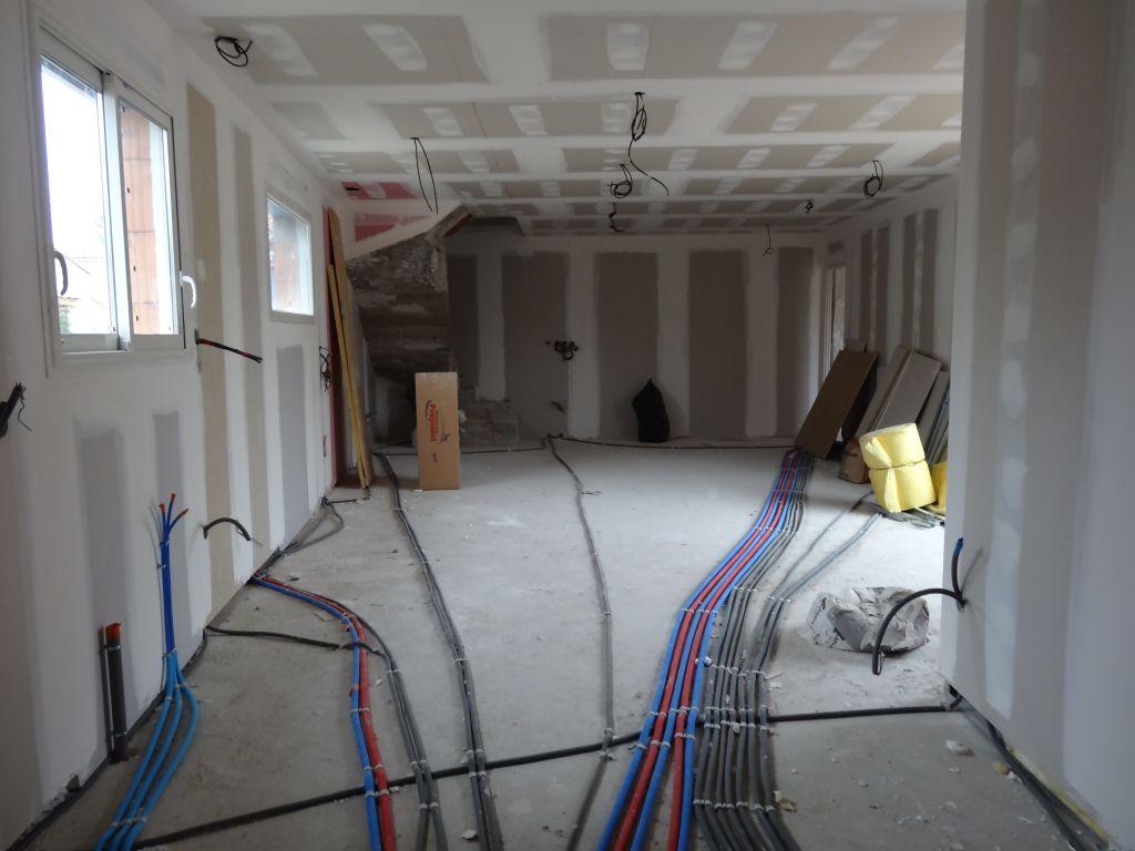 Vue de la cuisine sur la pièce a vivre (45m²) Vous pouvez apercevoir sur la photo le cablage au plafond pour les futurs spot,le réseau électrique,et plomberie au sol.Les murs sont en doublage placo xthern 32 et pour les cloisons isolation phonique.