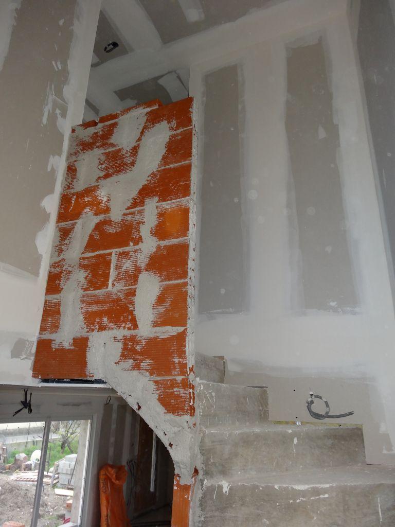 Vue d'une partie de l'escalier.La rampe en brique va être découper pour avoir un aspect plus sympas.