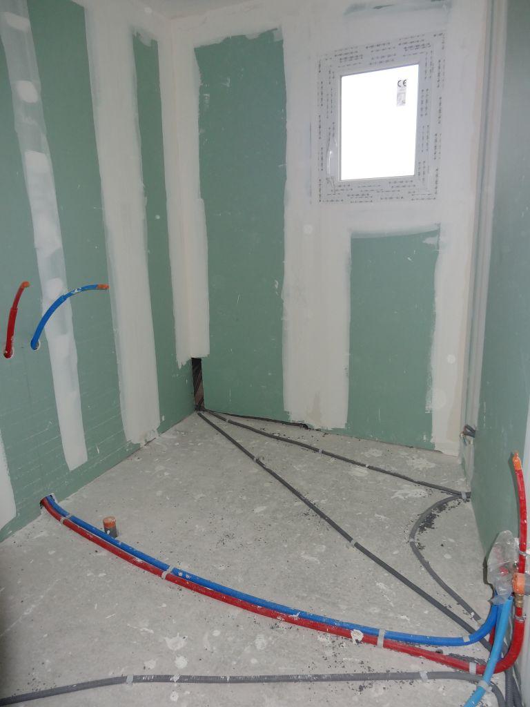 Vue de la SBD à l'étage.La baignoire se trouvera sur la gauche et le bati sur la droite