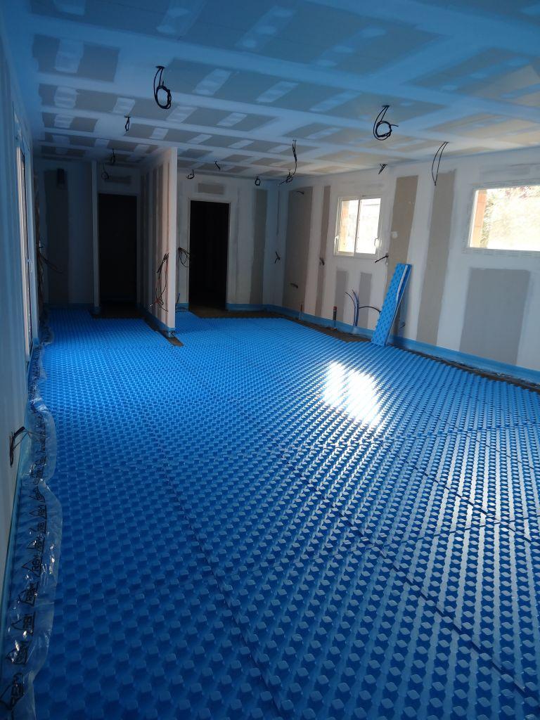 Pose plaque polystyrène pour salon/séjour afin d?accueillir le plancher chauffant