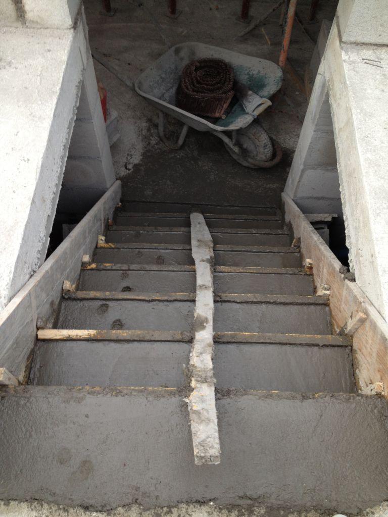L'escalier du garage, avec le passage d'un minet...