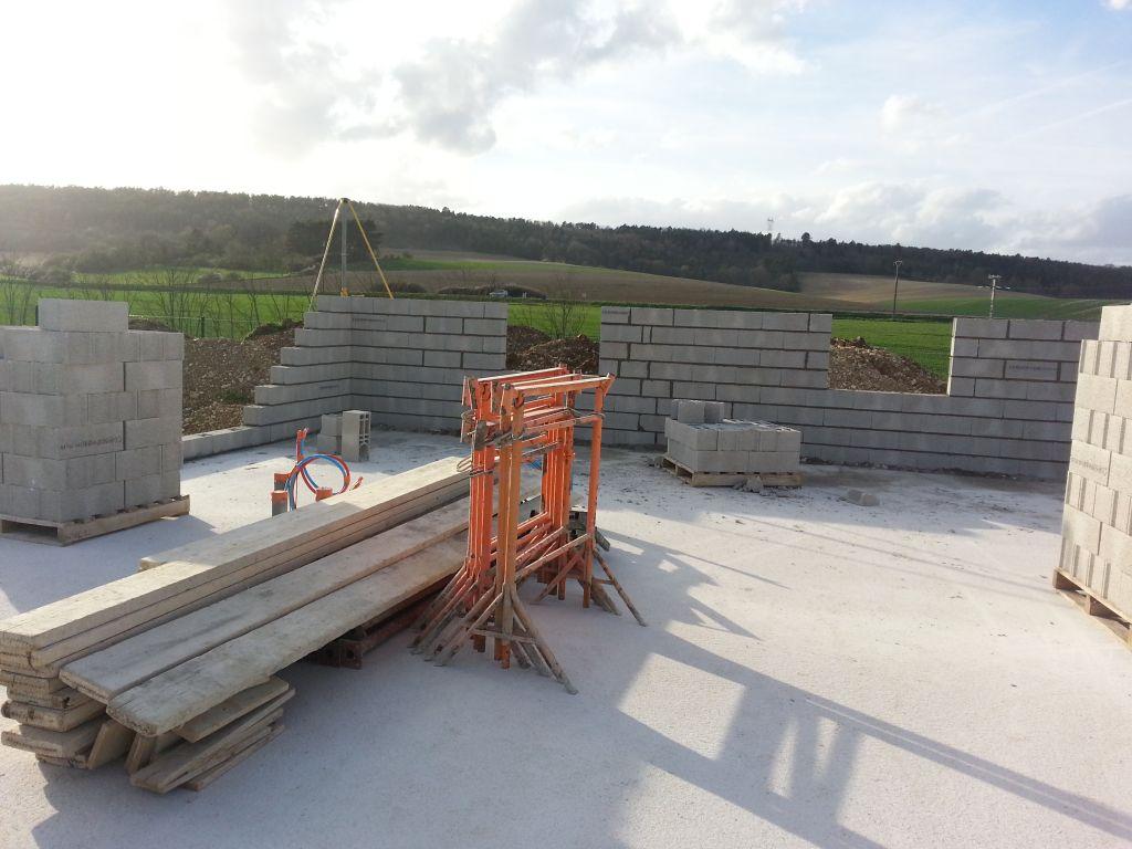 le premier mur est en construction