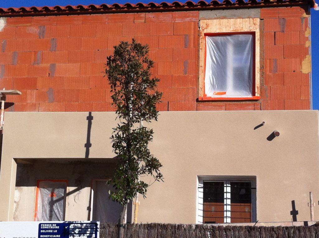 Décroché fini de crépis. <br /> Emplacement des tuyaux d'évacuations du toit terrasse.