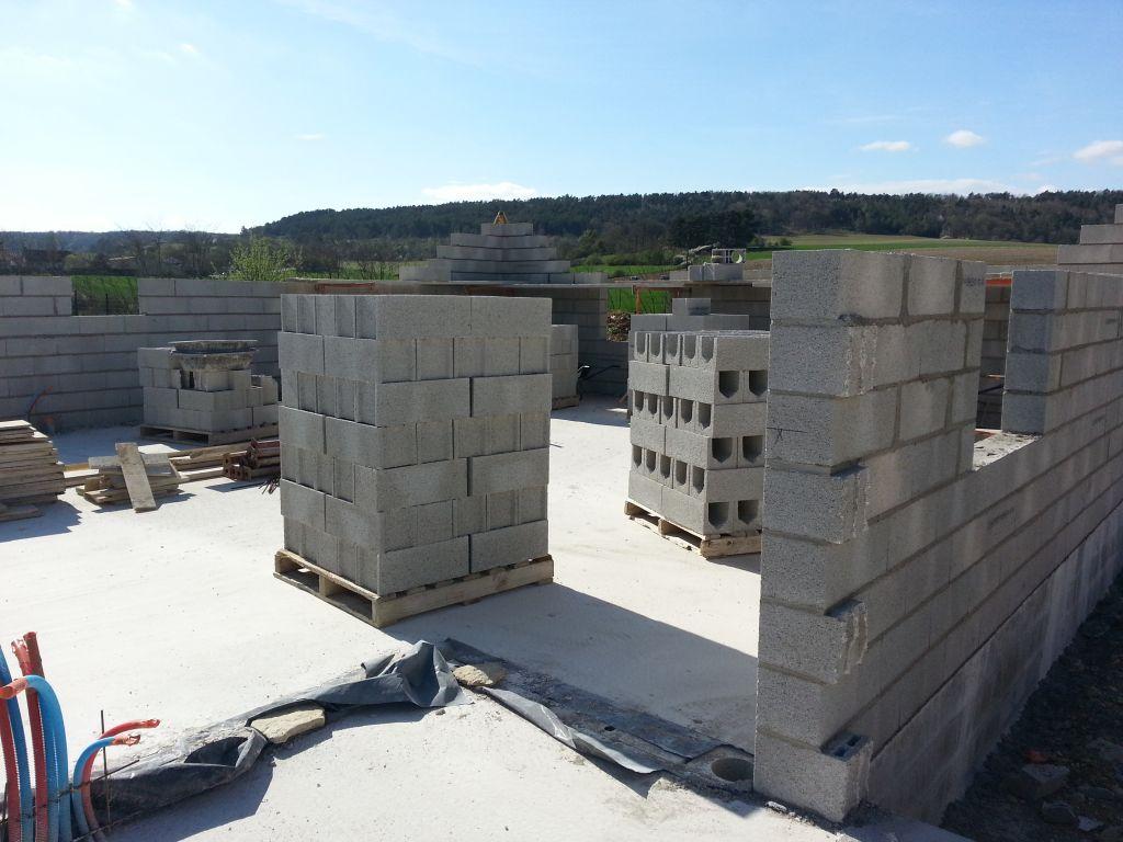La ma onnerie se poursuit les murs montent encore for Fenetre 80x105