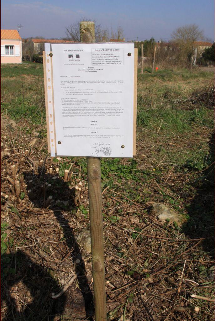 Le permis de construire a été accordé le 25 février 2013, il est bien visible sur le terrain depuis cette date.