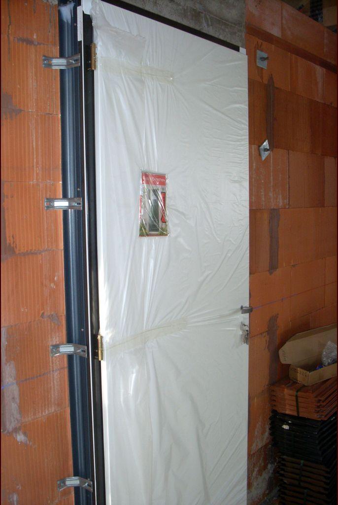 Voici la porte d'entrée vu de l'intérieur.