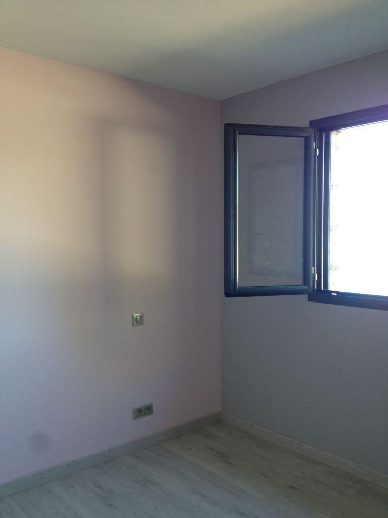 Chambre de notre fille couleur gris beton et bouton de rose