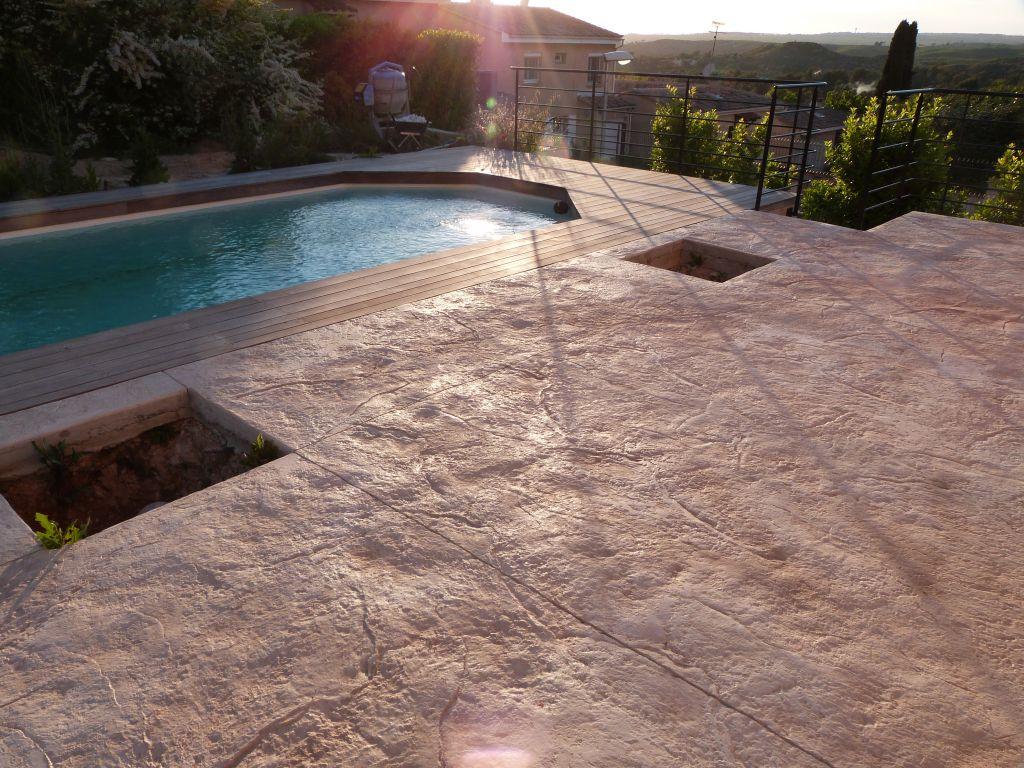 Terrasse réalisée en béton imprimé et tulipier rétifié