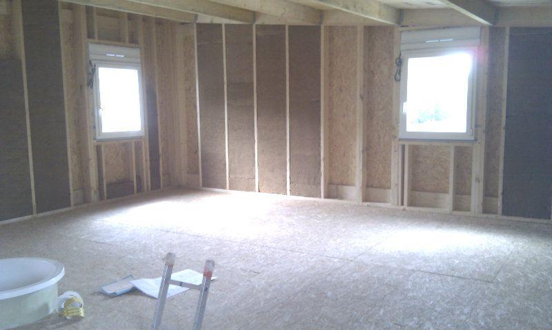 Pose en cours de la laine de bois pour l'isolation de l'étage