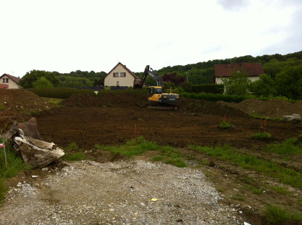 Début du terrassement <br /> Décapage de la terre végétale et stockage au fond du terrain