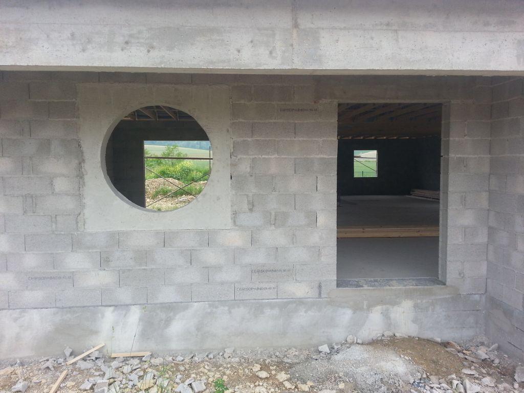 les poteaux du maçon ont été retiré. On peut mieux voir le rendu de l'entrée et de la fenêtre du bureau.