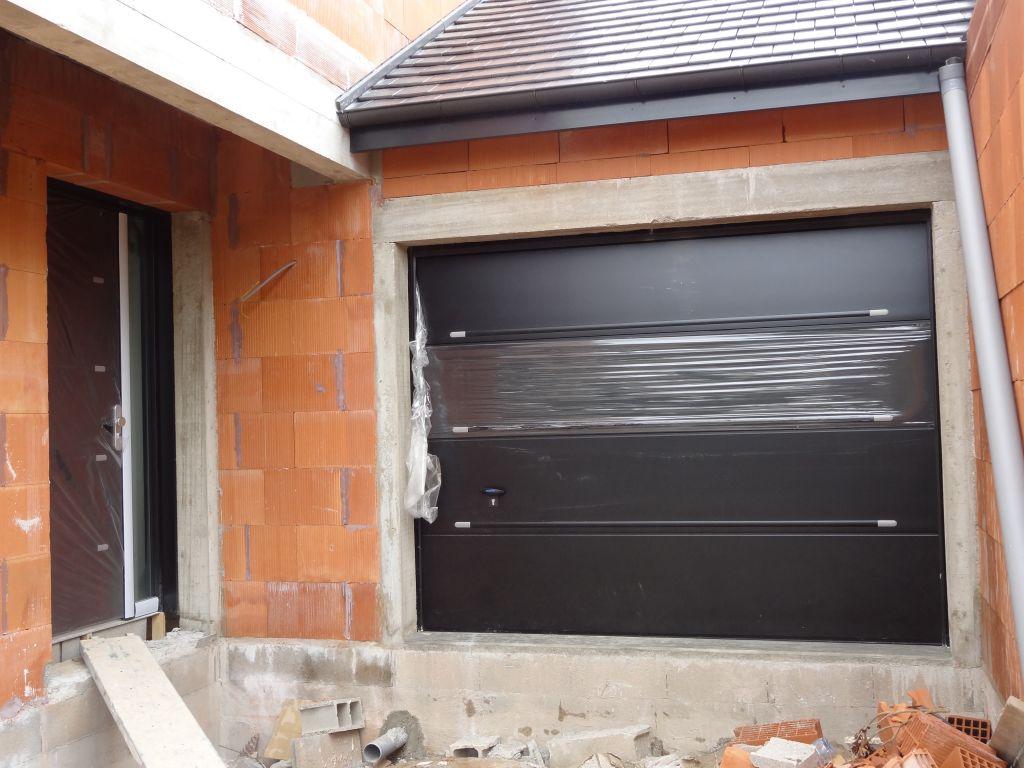 Porte d'entrée coordonnée avec la porte de garage